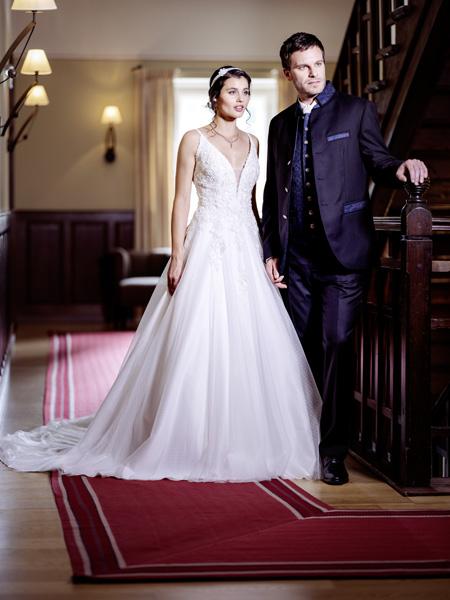 Brautkleid mit tiefem Dekollettee